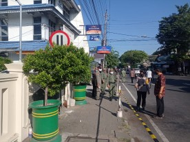 Pemasangan Police Line Di Sepanjang Trotoar Pasar Sentul